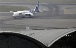 <p>An All Nippon Airways (ANA) Boeing 787 Dreamliner aircraft taxis on the runway after landing at Hong Kong Airport October 26, 2011. REUTERS/Bobby Yip</p>