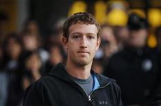 <p>Mark Zuckerberg durante un punto de prensa en la universidad de Harvard en Cambridge, EEUU, nov 7 2011. Mark Zuckerberg regresó a Harvard oficialmente el lunes por primera vez, disfrutando de una cálida bienvenida en la universidad donde creó Facebook y donde se embarcó en un ascenso meteórico documentado. REUTERS/Brian Snyder</p>