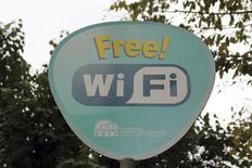 <p>Imagen de archivo de una señal de Wi-Fi gratuito en Sultanhamet, Turquía, sep 30 2010. La cantidad de puntos de acceso público a internet (Wi-Fi) se multiplicará por cuatro para 2015, hasta 5,8 millones, impulsada por la creciente demanda de conexiones para teléfonos inteligentes y tabletas, dijo un estudio de la industria difundido el miércoles. REUTERS/Natalie Armstrong/File</p>