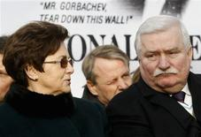 <p>Danuta Walesa (L) looks at her husband, Poland's former president Lech Walesa, after he unveiled a statue of former U.S. president Ronald Reagan in Warsaw November 21, 2011. REUTERS/Kacper Pempel</p>