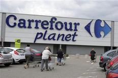 <p>Le titre Carrefour est à suivre mardi à la Bourse de Paris après l'annonce, la veille, d'une OPA-OPE sur son principal franchisé français, Guyenne et Gascogne, ainsi valorisé à au moins 494 millions d'euros. /Photo prise le 7 juin 2011/REUTERS/Emmanuel Foudrot</p>