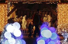 <p>Una escena navideña en una casa de campo en Grabovnica, Croacia, dic 10 2011. Zlatko Salaj ha recorrido un largo camino desde las sombrías navidades de su juventud. El ingeniero de telecomunicaciones jubilado, de 67 años, ha convertido su finca en la localidad de Grabovnica, en el centro de Croacia, en una festival de luces y colores que atrae a miles de visitantes cada año. REUTERS/Nikola Solic</p>