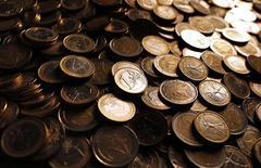<p>Selon une enquête Reuters, l'économie de la zone euro se contracte et elle démarrera l'année 2012 par une récession avant de connaître une légère reprise à partir du deuxième trimestre. En moyenne, les économistes ont diminué d'un demi-point de pourcentage leurs prévisions pour l'ensemble de 2012, les ramenant à zéro. /Photo prise le 9 décembre 2011/REUTERS/Tony Gentile</p>
