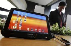 <p>Imagen de archivo de la tableta Galaxy Tab 10.1 expuesta en una oficina de la firma KT en Seúl, dic 9 2011. Un tribunal alemán rechazó una demanda de Apple que acusó que una tableta modificada de Samsung Electronics sigue pareciendo una copia de su iPad, en una valoración preliminar. REUTERS/Kim Hong-Ji</p>
