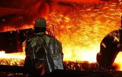 <p>Haut-fourneau dans l'usine sidérurgique de ThyssenKrupp, à Duisburg, en Allemagne. Le sidérurgiste allemand discute avec le finlandais Outokumpu d'une fusion éventuelle de leurs activités dans l'acier inoxydable. /Photo d'archives/REUTERS/Ina Fassbender</p>