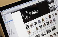 <p>Albums des Beatles en téléchargement légal sur la plateforme iTunes d'Apple. Malgré la poussée des ventes numériques, qui ont augmenté de 8%, le marché de la musique a une nouvelle fois reculé en 2011, avec un chiffre d'affaires de 16,2 milliards de dollars en baisse de 3%. /Photo d'archives/REUTERS/Mike Segar</p>