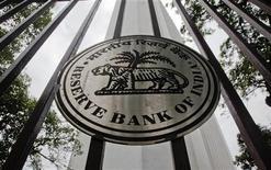 <p>La Banque centrale indienne a réduit mardi d'un demi-point à 5,50% le taux des réserves obligatoires pour les banques, afin de détendre le marché monétaire. Ce changement d'orientation en faveur de la croissance intervient après deux années de priorité à la lutte contre l'inflation, qui a atteint 7,47% en décembre. /Photo prise le juillet 2011/REUTERS/Danish Siddiqui</p>