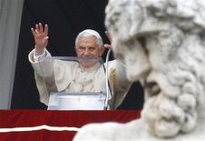 <p>Pope Benedict XVI waves as he arrives to lead the Angelus prayer from the windows of his private apartment in Saint Peter's Square at the Vatican January 22, 2012. REUTERS/Max Rossi</p>