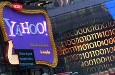 <p>Yahoo fait état d'un bénéfice net de 296 millions de dollars sur les trois mois à fin décembre, en léger recul, et d'un chiffre d'affaires de 1,17 milliard de dollars, contre 1,205 milliard sur la même période de 2010. /Photo d'archives/REUTERS/Brendan McDermid</p>