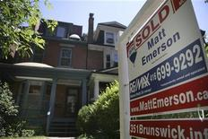 <p>A real estate sign is seen on front of a house in Toronto in this June 19, 2009 file photo. REUTERS/Chris Roussakis</p>