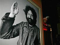 <p>Seminole tribal elder Bobby Henry watches a news conference next to a photograph of Jerry Garcia at the Hard Rock Cafe in New York December 7, 2006. REUTERS/Brendan McDermid (UNITED STATES)</p>