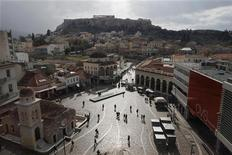 <p>People walk on the Monastiraki square as the Acropolis hill is seen in the background in central Athens January 31, 2012. REUTERS/John Kolesidis</p>
