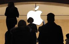 <p>Customers visit the Apple Store in New York City's Grand Central Station January 25, 2012. REUTERS/Brendan McDermid</p>
