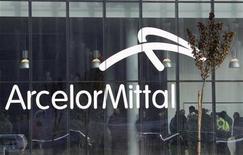 <p>ArcelorMittal à suivre à la Bourse de Paris à la mi-séance. Le titre cède 1,1% sur un marché du CAC 40 qui avance de 0,28% vers 12h40, alors que son concurrent coréen Posco a publié des résultats inférieurs aux attentes pour le 4e trimestre, tout en performant mieux que ses concurrents asiatiques. /Photo d'archives/REUTERS</p>