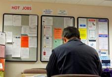 <p>L'embellie sur le marché américain de l'emploi s'est poursuivie en janvier, avec le plus fort rythme de créations d'emplois observé en neuf mois, et le taux de chômage est tombé à son plus bas niveau depuis près de trois ans, reflétant l'impact de la croissance enregistrée au quatrième trimestre 2011 en ce début de nouvelle année. /Photo d'archives/REUTERS</p>