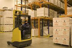 <p>Les commandes à l'industrie américaine ont progressé pour le deuxième mois consécutif en décembre, affichant une hausse de 1,1% après avoir été portées par une hausse de l'investissement des entreprises, selon le département du Commerce. /Photo d'archives/REUTERS/Charles Platiau</p>