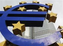<p>The Euro sculpture is pictured in front of the headquarters of the European Central Bank (ECB) in Frankfurt January 24, 2012. REUTERS/Lmar Niazman</p>