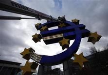 <p>Workers maintain the huge Euro logo next to the headquarters of the European Central Bank (ECB) in Frankfurt, December 6, 2011. REUTERS/Ralph Orlowski</p>
