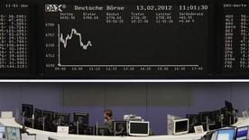 <p>Les marchés d'actions européens sont en hausse à la mi-séance, même s'ils réduisent leurs gains par rapport aux niveaux qui étaient les leurs peu après l'ouverture, les investisseurs voulant croire que le vote dans la nuit des mesures d'austérité par le Parlement grec puisse permettre de faire avancer le dossier de la crise de la dette souveraine. Le CAC 40 gagne 0,54% à 3.391 points, le Dax prend 0,76%, le FTSE 0,96%. L'EuroStoxx 50 0,61%. /Photo prise le 13 février 2012/REUTERS/Remote/Amanda Andersen</p>
