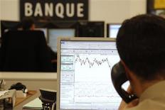 <p>Trader à Paris. L'Autorité des marchés financiers (AMF) a annoncé lundi la fin de l'interdiction des ventes à découvert sur une liste définie de valeurs financières françaises. /Photo prise le 8 décembre 2011/REUTERS/John Schults</p>