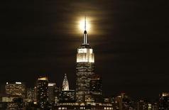 <p>L'Empire State Building à New York, le célèbre immeuble art-déco de 102 étages, s'apprête à faire son entrée en Bourse à hauteur d'un milliard de dollars, donnant aux investisseurs lambda l'opportunité de détenir une partie du gratte-ciel emblématique de Manhattan. /Photo prise le 9 janvier 2012/REUTERS/Gary Hershorn</p>