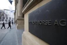<p>Deutsche Börse a renoué avec un bénéfice au quatrième trimestre, à 228 millions d'euros, contre une perte un an plus tôt, grâce à la volatilité du marché qui a dopé les transactions. L'opérateur de la Bourse de Francfort a proposé de verser un dividende de 3,30 euros par action. /Photo prise le 1er février 2012/REUTERS/Alex Domanski</p>