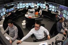 <p>Les Bourses européennes sont passées dans le vert mardi à mi-séance, la publication d'un indice ZEW du sentiment des investisseurs allemands ayant fait passer en arrière-plan les inquiétudes réveillées par la décision de Moody's de dégrader ou de d'abaisser la perspective sur la dette de neuf pays européens. Le CAC 40 gagne 0,28%, le Dax prend 0,4%, le FTSE 0,13% et l'EuroStoxx 50 avance de 0,38%. /Photo prise le 14 février 2012/REUTERS/Alex Domanski</p>