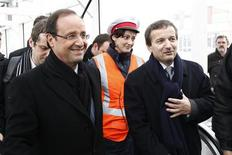 """<p>François Hollande à Lyon lors d'un déplacement, mardi. L'extrême gauche française a peu apprécié les propos du candidat socialiste à la présidentielle à la presse anglo-saxonne visant à rassurer le monde de la finance, qu'il avait présenté plus tôt dans sa campagne comme son """"principal adversaire"""". /Photo prise le 14 février 2012/REUTERS/Jacky Naegelen</p>"""