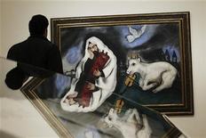 """<p>Un hombre observa la obra """"solitude"""", del fallecido pintor de origen bielorruso Marc Chagall en el museo Thyssen-Bornemisza de Madrid, feb 13 2012. El universo único e inconfundible del pintor de origen bielorruso Marc Chagall (1887-1985) llenará Madrid de color a partir del martes, en la primera retrospectiva dedicada en España a la obra de uno de los artistas más singulares del siglo XX. REUTERS/Susana Vera</p>"""