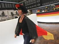 <p>A la Bourse de Francfort lors du match de Coupe du monde Allemagne-Serbie, en juin 2010. Les transactions sur les marchés boursiers mondiaux ont chuté de façon significative pendant la retransmission des rencontres du Mondial sud-africain, révèle un rapport commandé par la Banque centrale européenne (BCE). /Photo prise le 18 juin 2010/REUTERS/Ralph Orlowski</p>