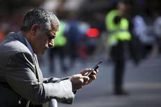 <p>Le nombre d'appareils nomades connectés à internet va dépasser d'ici 2016 le total de la population mondiale, porté par l'explosion des échanges de données sur le mobile qui devrait être multiplié par 18, selon une étude de Cisco. /Photo d'archives/REUTERS/Natalie Behring</p>