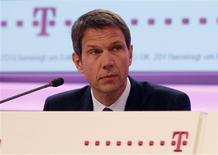 <p>Deutsche Telekom pourrait nouer des partenariats aux Etats-Unis pour redresser sa filiale américaine T-Mobile USA, dont la vente à AT&T a tourné court l'an dernier, a déclaré jeudi le président du directoire du groupe allemand, Rene Obermann. /Photo prise le 23 février 2012/REUTERS/Ina Fassbender</p>