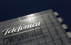<p>Telefonica a publié vendredi un bénéfice net 2011 quasiment réduit de moitié, conséquence de charges de restructuration en Espagne et d'un ralentissement des revenus dans certains de ses marchés matures. Le bénéfice du premier opérateur télécoms de la zone euro est en recul de 47% à 5,40 milliards d'euros. /Photo d'archives/REUTERS/Susana Vera</p>