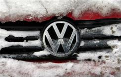 <p>Le résultat d'exploitation annuel de Volkswagen et le dividende proposé pour 2011 sont un peu en deçà des prévisions. Le bénéfice d'exploitation a augmenté de 58% à 11,27 milliards d'euros, suivant des états financiers provisoires. /Photo prise le 10 février 2012/REUTERS/Radu Sigheti</p>