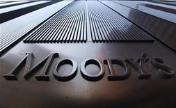 """<p>L'agence Moody's a abaissé vendredi la note souveraine de la Grèce de """"Ca"""" à """"C"""", soit le plus bas cran de son échelle de notation, après l'accord sur l'échange de dette négocié dans le cadre du deuxième plan de sauvetage consenti à Athènes. /Photo d'archives/REUTERS/Mike Segar</p>"""