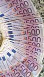 <p>Si la moitié des 800 banques qui ont sollicité la BCE dans le cadre de son opération de refinancement à long terme sont allemandes, celles-ci ont emprunté moins de 10% des 530 milliards d'euros injectés mercredi, ce qui démontre le morcellement du secteur Outre-Rhin. /Photo d'archives/REUTERS/Andrea Comas</p>