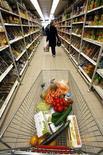 <p>Les prix à la consommation en France ont progressé de 0,4% sur un mois en février, conséquence du renchérissement des prix de l'énergie, des services et des produits frais. /Photo d'archives/ REUTERS/Eric Gaillard</p>