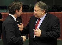 <p>François Baroin et le ministre grec des Finances Evangelos Venizelos à Bruxelles. L'Eurogroupe a avalisé lundi soir le deuxième plan d'aide à la Grèce pour mieux passer au dossier chaud suivant, l'Espagne, dont il a exigé un objectif de déficit plus serré cette année pour que son budget revienne dans les clous en 2013./Photo prise le 12 mars 2012/REUTERS/Yves Herman</p>
