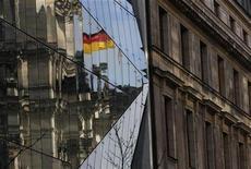 <p>Le sentiment des investisseurs et des analystes allemands n'a jamais été aussi élevé, en mars, que depuis juin 2010, ce qui stimule les Bourses européennes car il paraît confirmer que la première économie européenne a repris une trajectoire ascendante. /Photo prise le 22 février 2012/REUTERS/Tobias Schwarz</p>