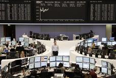 <p>Les Bourses européennes progressent fortement mardi à mi-séance et Wall Street est attendue en hausse à l'ouverture, les investisseurs voyant dans le solide moral des investisseurs allemands des raisons de retrouver confiance dans l'économie mondiale. A Paris, le CAC 40 gagne 1,07% (37 points) à 3.527 points. À Francfort, le Dax 0,98% et à Londres, le FTSE avance de 0,86%. L'indice paneuropéen Eurostoxx 50 prend 1,04%. /Photo prise le 13 mars 2012/REUTERS/Remote/Sonya Schoenberger</p>