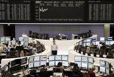 <p>La Bourse de Francfort. Selon des analystes graphiques, les grands indices boursiers européens et américains, bloqués juste au-dessous de lignes de résistance importantes depuis la fin février malgré le succès de l'échange de dette grecque, devraient rapidement croître pour se diriger dans un premier temps jusqu'à 3.620 points pour le CAC 40, 2.620 points pour l'EuroStoxx 50 et 1.395 points pour le S&P 500. /Photo prise le 13 mars 2012/REUTERS/Remote/Sonya Schoenberger</p>