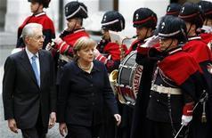 <p>A l'occasion d'une visite à Rome de la chancelière allemande Angela Merkel, le président du Conseil Mario Monti a déclaré que la phase la plus aiguë de la crise économique était passée mais qu'il ne fallait pas baisser la garde. /Photo prise le 13 mars 2012/REUTERS/Tony Gentile</p>