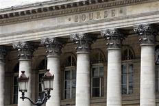 <p>Les marchés d'actions européens ont ouvert en hausse, consolidant ainsi leurs gains de la veille, soutenus notamment par les valeurs bancaires qui réagissent positivement aux résultats des tests de résistance bancaires publiés mardi soir aux Etats-Unis. Quelques minutes après l'ouverture, le CAC 40 s'adjuge 0,53% à 3.568,82, tandis qu'à Londres, le Footsie 100 prend 0,32% et qu'à Francfort le Dax avance de 0,69% à 7044,58 points. /Photo d'archives/REUTERS/Charles Platiau</p>