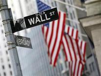 <p>Les valeurs américaines ont ouvert en petite hausse mercredi, les investisseurs digérant les commentaires de la Réserve fédérale sur l'économie américaine. Dans les premiers échanges, le Dow Jones gagne 0,17%, le Standard & Poor's, plus large, s'avance de 0,1% tandis que le composite du Nasdaq prend 0,17%. /Photo d'archives/REUTERS/Brendan McDermid</p>