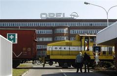 <p>Salariés devant l'usine Opel de Bochum en Allemagne. Les dirigeants d'Opel présenteront mercredi prochain au conseil de surveillance de la filiale européenne de General Motors un projet prévoyant la fermeture de deux usines en Europe pour réduire d'environ 30% les capacités de production, selon plusieurs sources informées des discussions au sein de l'entreprise. /Photo prise le 23 mars 2012/REUTERS/Ina Fassbender</p>