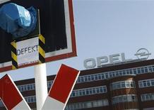 <p>Les dirigeants syndicaux d'Opel-Vauxhall, filiale européenne de General Motors, et de PSA Peugeot-Citroën vont ouvrir des discussions en avril en vue de forger une alliance face aux deux groupes et de défendre l'emploi, selon la Fédération européenne des métallurgistes (FEM). /Photo prise le 23 mars 2012/REUTERS/Ina Fassbender</p>