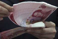 <p>La Chine pourrait assouplir la réglementation concernant les investissements à l'étranger du secteur privé, a annoncé le gouverneur de la banque centrale Zhou Xiaochuan, moins d'une semaine après le feu vert donné par le gouvernement à un projet pilote de réforme financière. /Photo d'archives/REUTERS</p>