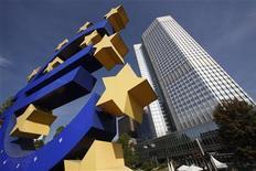 <p>Selon les analystes interrogés par Reuters, la persistance d'une inflation élevée devrait empêcher ce mercredi la Banque centrale européenne (BCE) de prendre la moindre initiative pour soutenir la reprise toujours fragile de la zone euro, en dépit du regain d'inquiétude suscité par l'Espagne. /Photo prise le 29 septembre 2011/REUTERS/Ralph Orlowski</p>