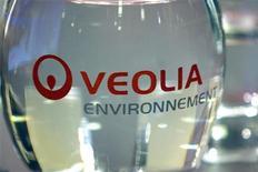 <p>Veolia Environnement à suivre à la Bourse de Paris où le CAC 40 perd 1,3% vers 12h30. Le groupe a confirmé son intention de reprendre directement la participation de 66% qu'il détient actuellement conjointement avec la Caisse des dépôts (CDC) dans la compagnie maritime SNCM. /Photo d'archives/REUTERS/Charles Platiau</p>
