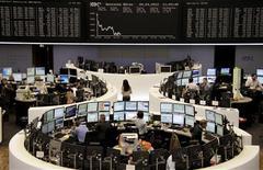 <p>Les Bourses européennes creusent leurs pertes à mi-séance et Wall Street devrait ouvrir en repli, les signes d'une récession européenne et la hausse des coûts d'emprunt de l'Espagne poussant les investisseurs à prendre leurs bénéfices. À Paris, peu avant 13h, le CAC 40 cède 1,17%. À Francfort, le Dax recule de 1,68% et à Londres, le FTSE perd 1,14%. L'indice paneuropéen Eurostoxx 50 se replie de 1%. /Photo prise le 4 avril 2012/REUTERS/Remote/Michael Leckel</p>